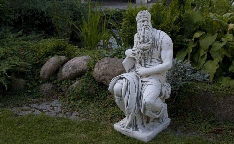 Садовая фигура в античном стиле