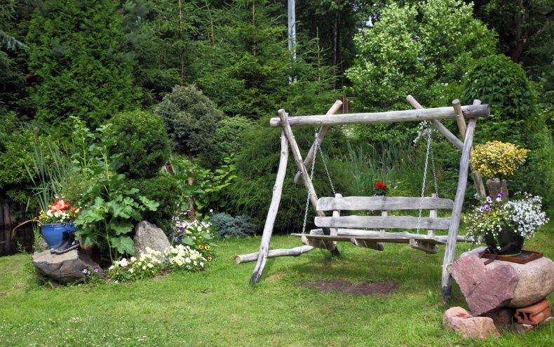 Садовые качели на участке