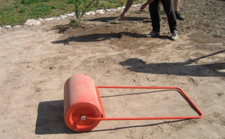 Трамбовка почвы под газон