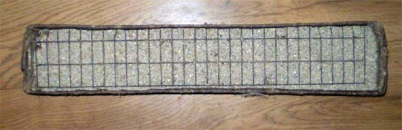 Сетка на кормушке предотвратит рассыпанный корм