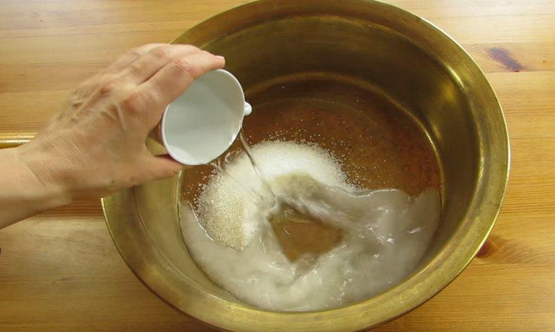 Смешиваем сахар и воду