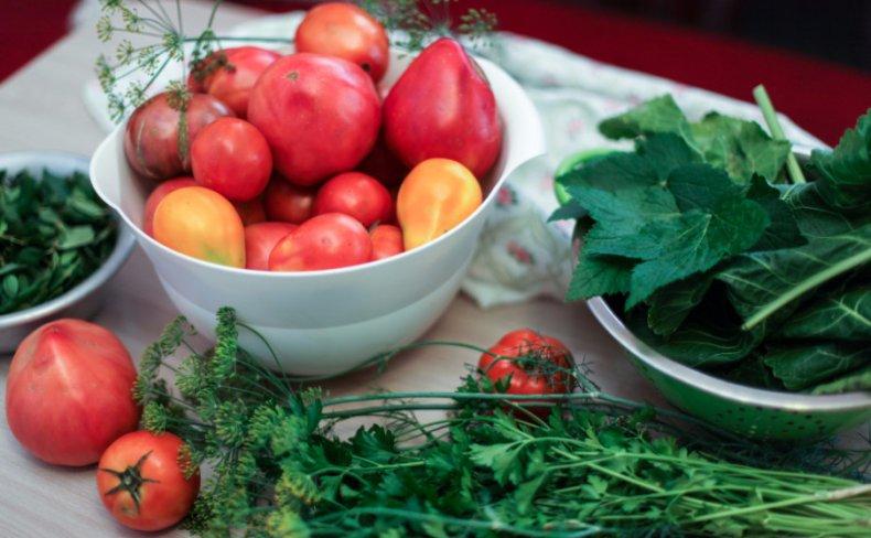 Смородиновый лист в засолке томатов