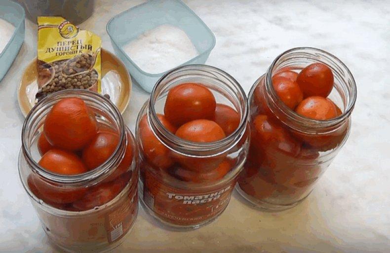 Накладываем томаты в банки