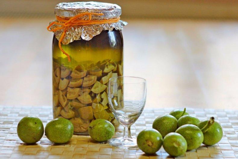 Спиртовая настойка на зеленых грецких орехах