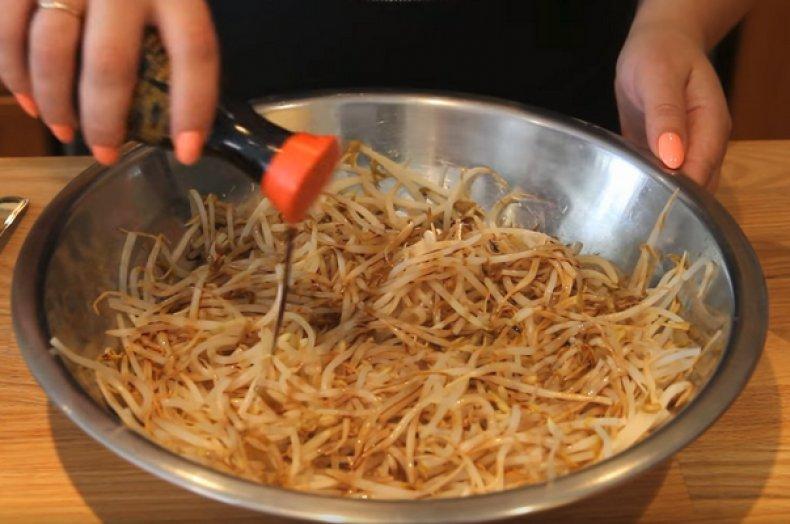 Приготовление салата из проростков сои