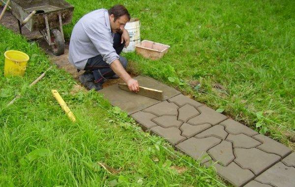 Как отремонтировать тротуарную плитку своими руками