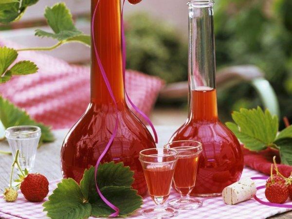 Настойка из клубники на водке, на самогоне, на спирту, из замороженной клубники своими руками в домашних условиях рецепт