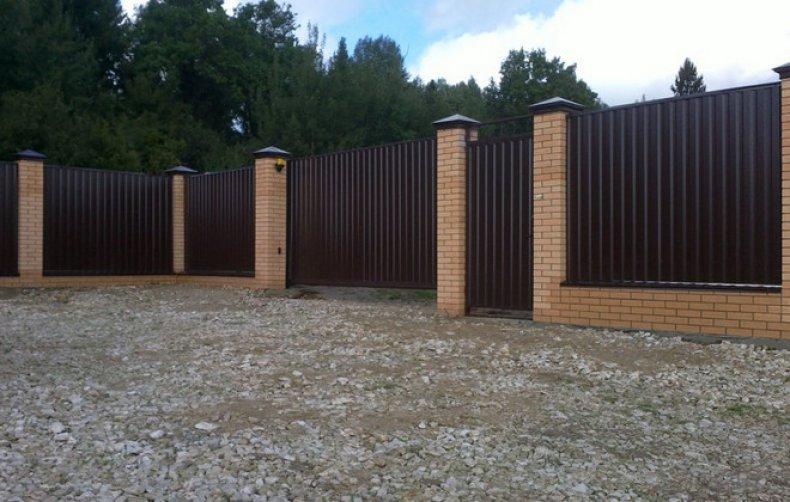 Кирпичный забор с листами из профнастила