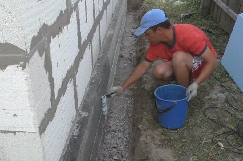 Покрытие стенок цоколя грунтовкой
