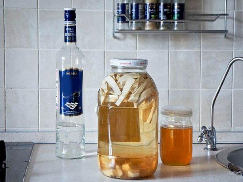 5 лучших рецептов хреновухи на самогоне, на водке, с медом, с имбирем, своими руками в домашних