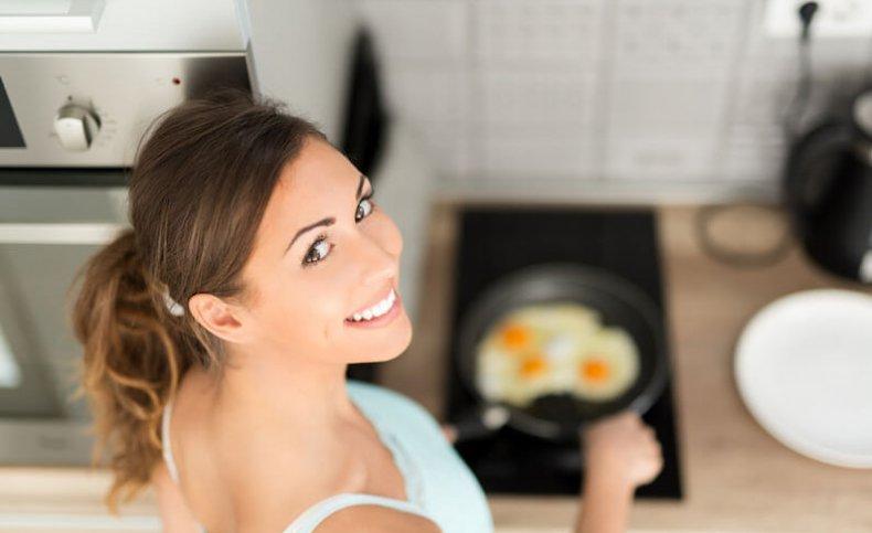 Жарить яйца
