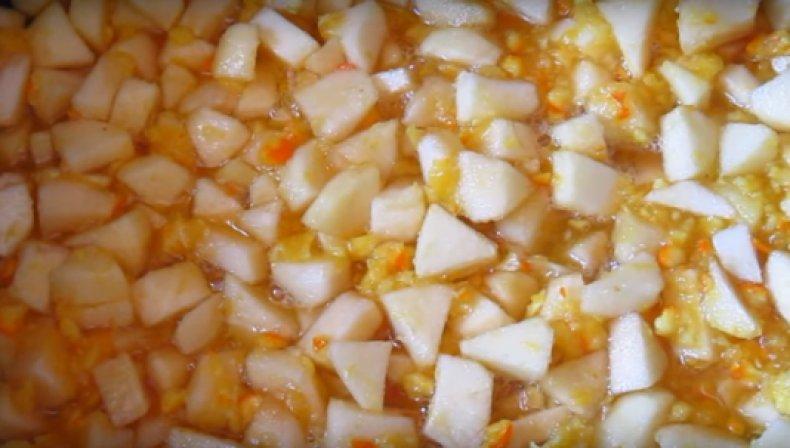 Яблоки, кашицу из апельсинов слаживаем в кастрюлю, добавляем сахар и воду