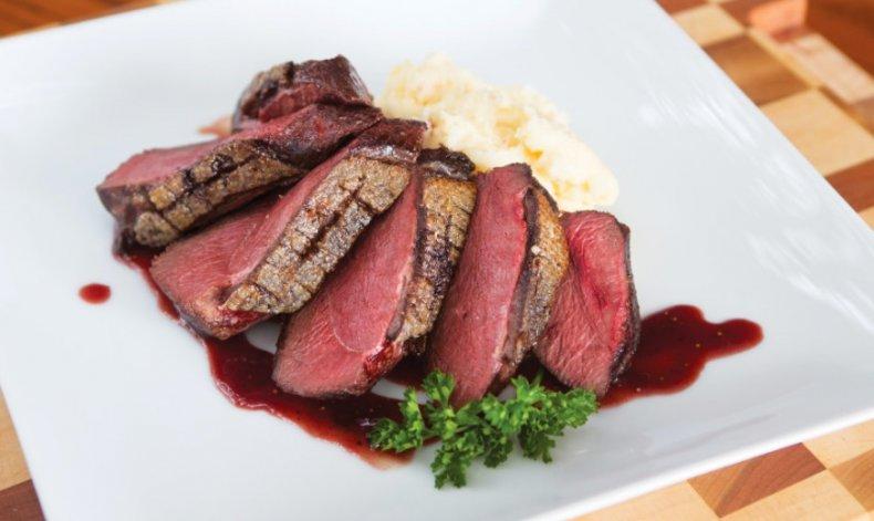 Мясо гуся с соусом