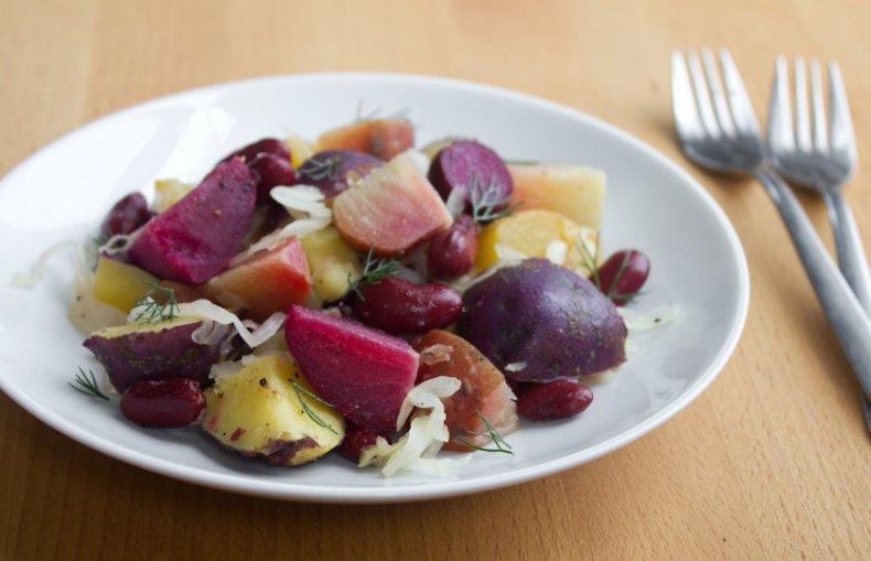Салат с фиолетовой картошкой