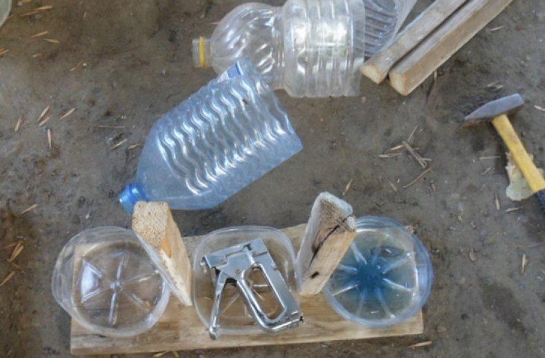 Пластиковая кормушка