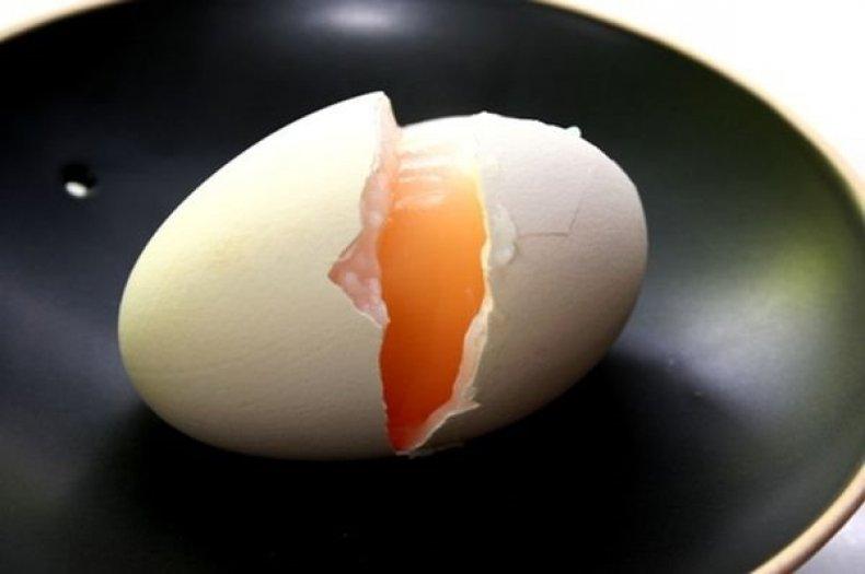 Сырое гусиное яйцо