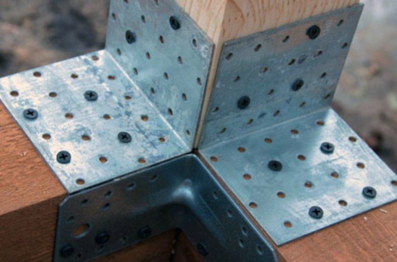 Металлические уголки для крепления бруса