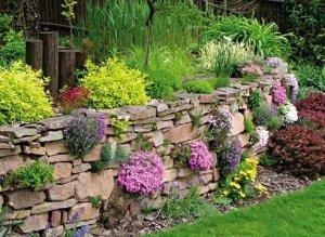 Подпорная стена из камней с сухой кладкой