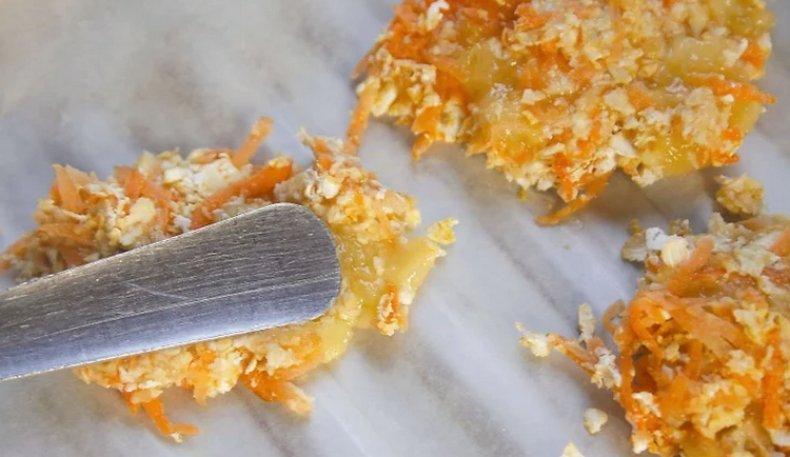 Изготовление лакомства из банана и морковки